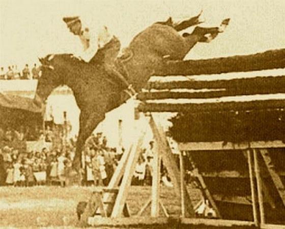 1949. 1949. Husao a telivér a chilei Vina del Marban 247 cm-t ugrott, és ezzel megdöntötte a magasugrás rekordját. A rekord 62 évig állt fenn..jpg