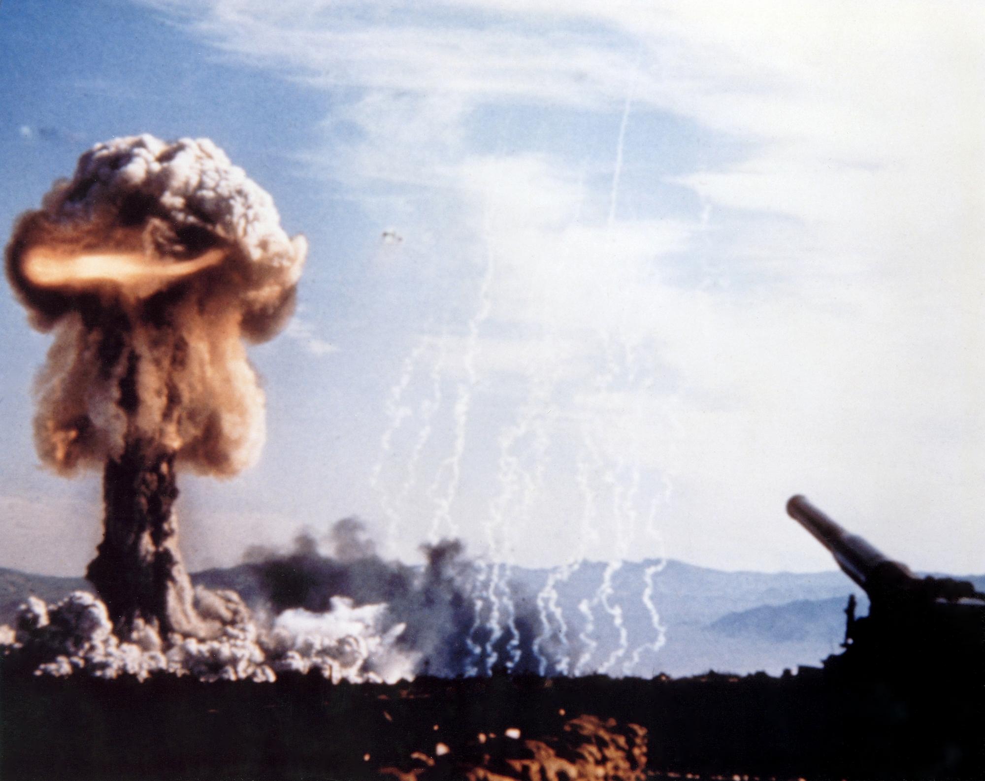 1953. Az első nukleáris töltet kilövésére képes ágyú. Nevadai kísérleti telep..jpg
