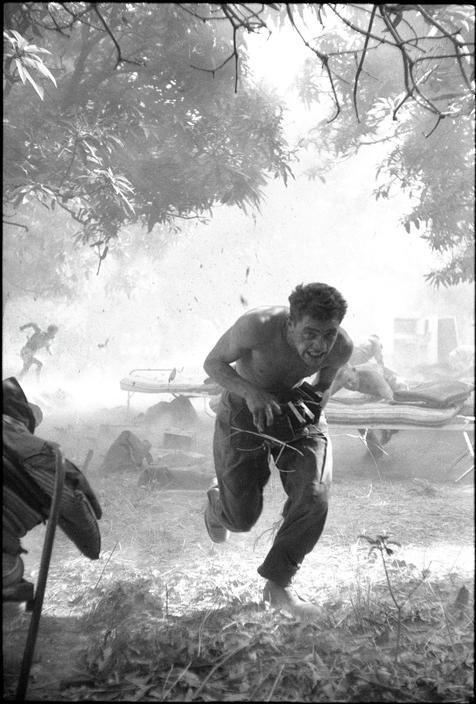 1960. Brit ENSZ katonák menekülnek a felrobbanó muníció elől a kongói krízis idején..jpg