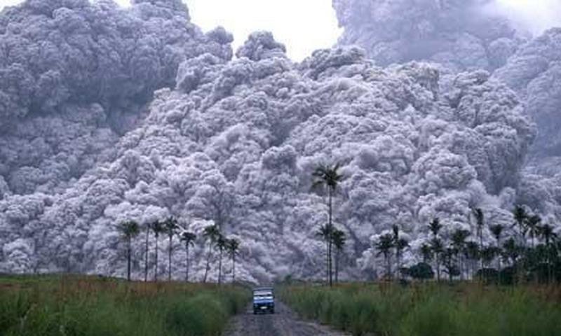 1991. Mount Pinatubo kitörése elől menekülő kutatók..jpg