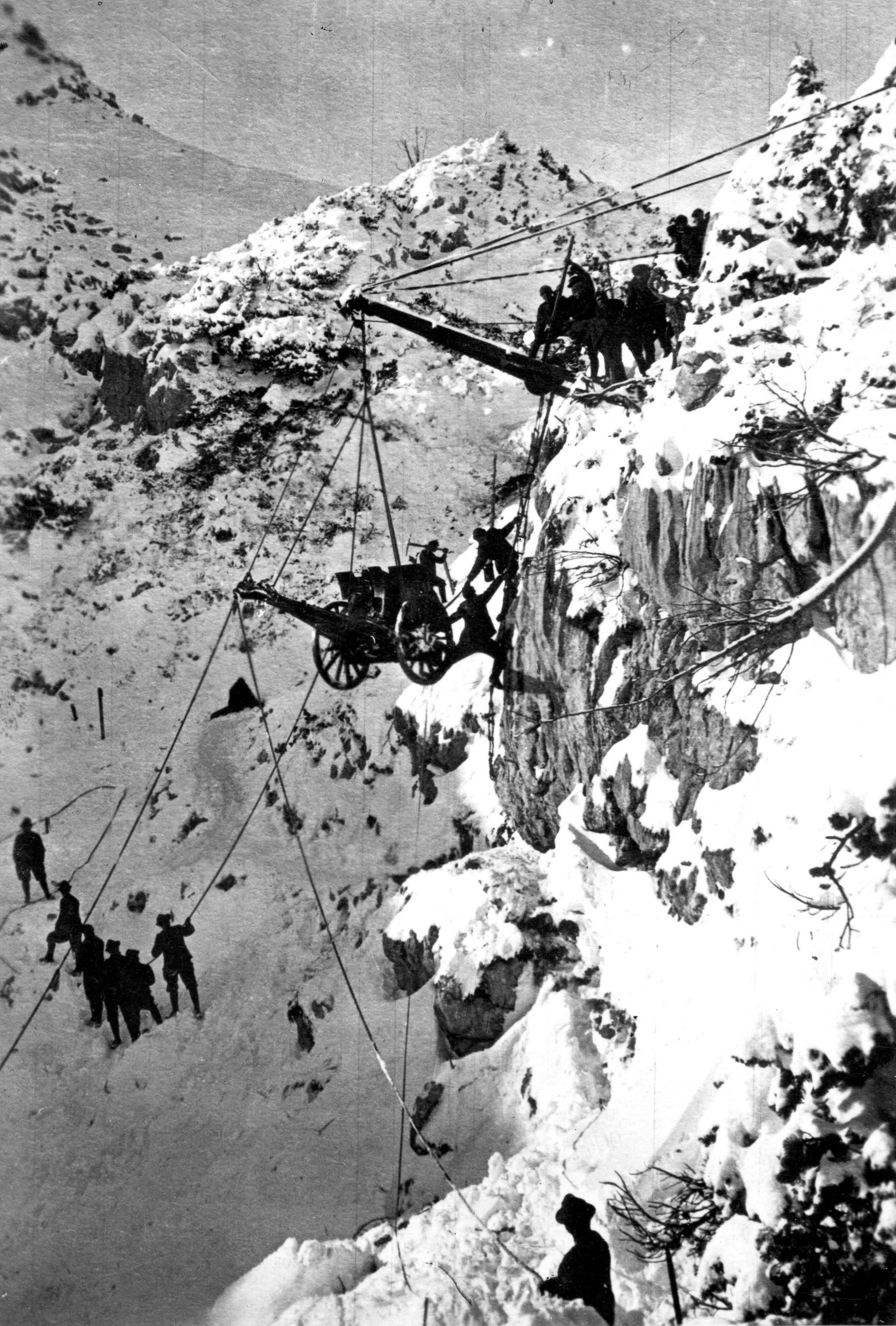 1916. Olasz csapatok ágyút szállítanak az Alpokban..jpg
