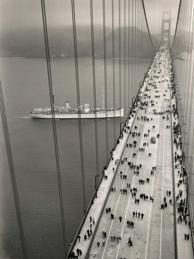 1937. Röviddel megnyitása után emberek a Golden Gate hídon.jpg