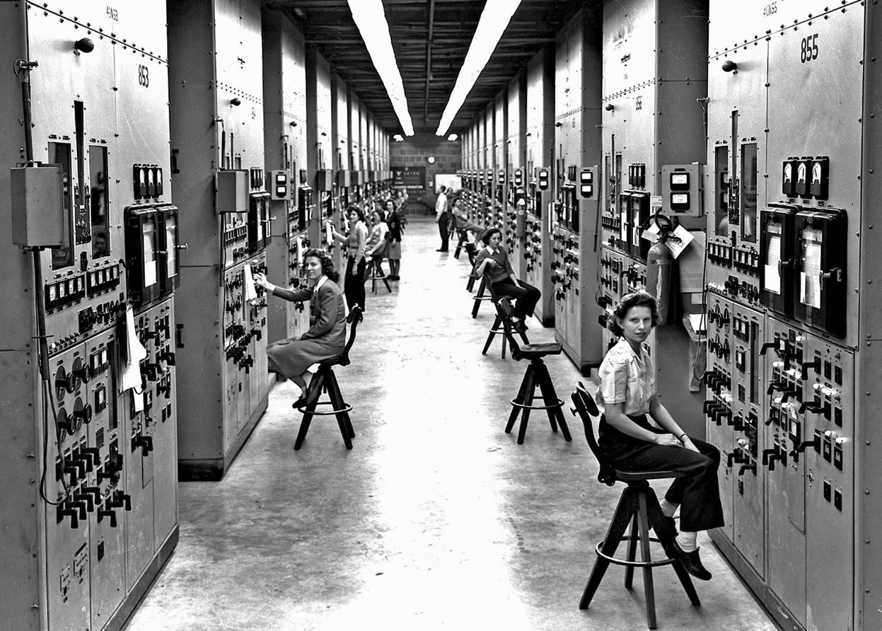 1944. Gépkezelő hölgyek Tennessee-ben. Az urándúsító centrifugákat kezelik épp. Az urán az atombombagyártáshoz kellett..jpg