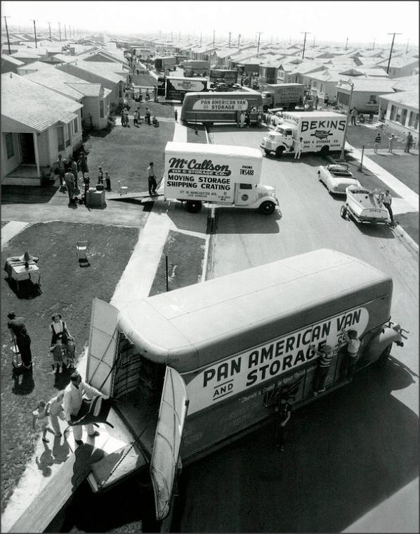 1953. Beköltözés napja egy frissen elkészült kertvárosi utcában Lakewood, Kalifornia.png
