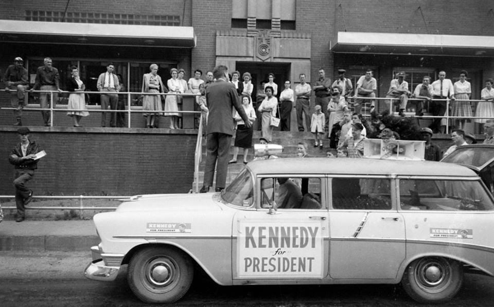 1960. Kennedy választási kampánykörútján dolgozóknak szónokol..jpg