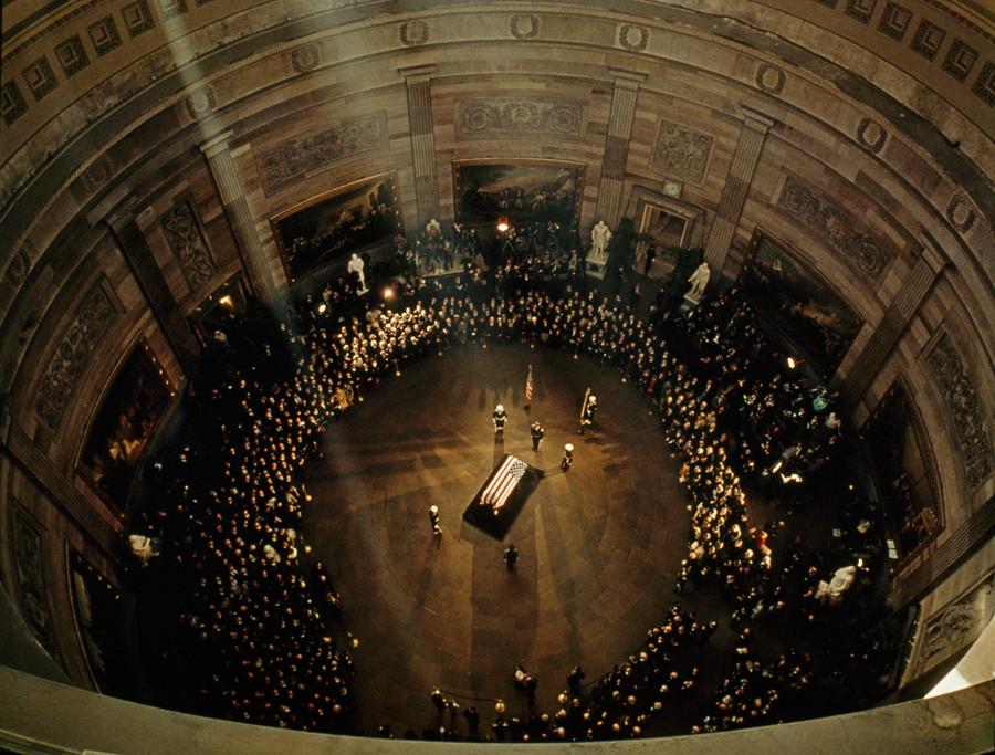 1963. Kenendy koporsója a Kapitólium kupolája alatt..jpg