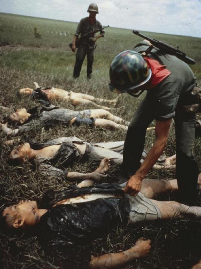 1964. Dél-vietnami katona halott Vietkongokat kutat át valahol a Mekong deltában..jpg