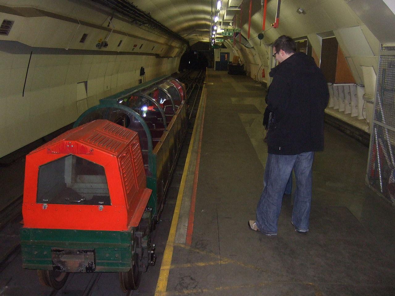 2003. A londoni postaalagút bezárása. A Több, mint 10 km hosszú földalatti vasút a legnagyobb londoni postahivatalokat kötötte össze..jpg