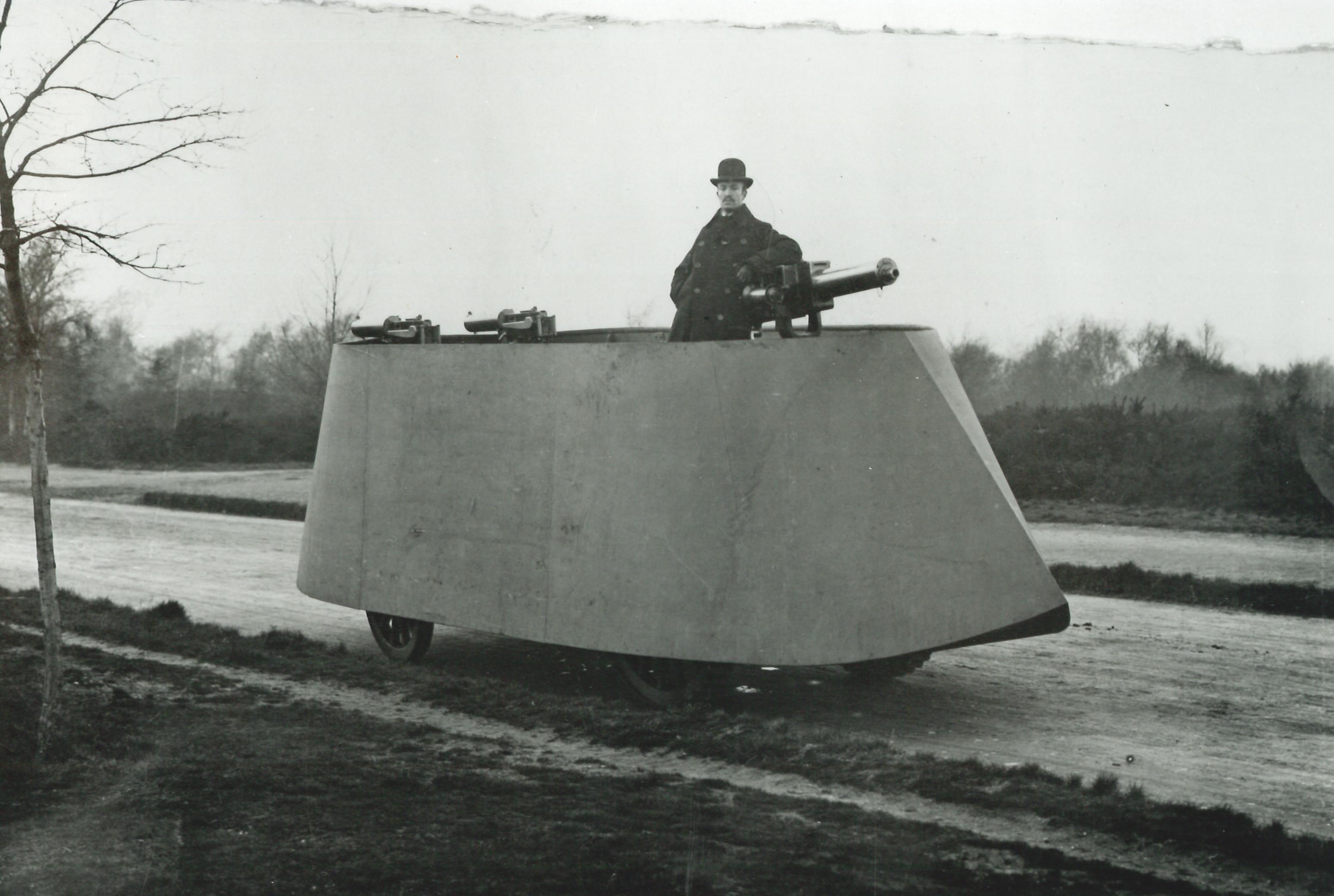 1902. The Simms' Motor War Car, az egyik első páncélozott autó..jpg
