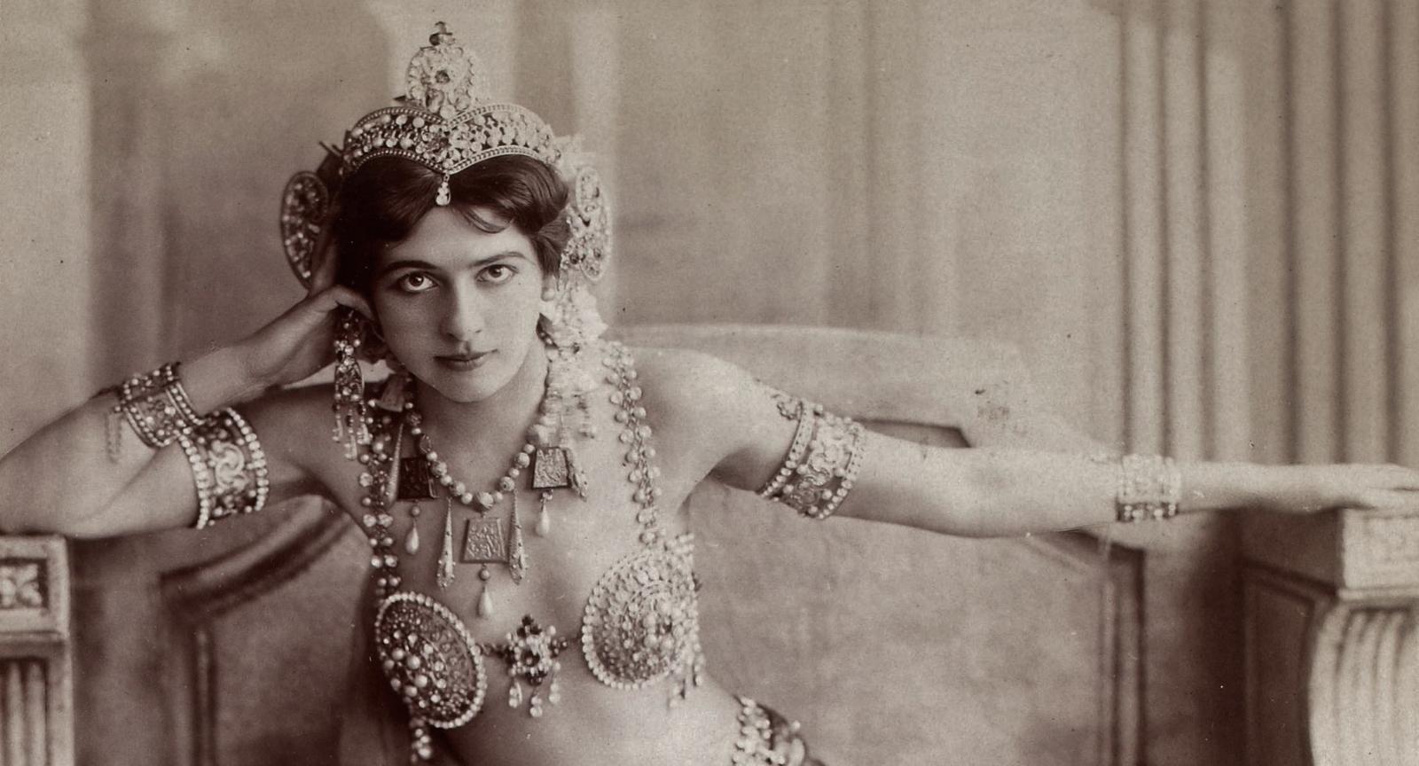 1910. Mata Hari polgári nevén Grietje Zelle hollandiai születésű bártáncosnő. A francia hadbíróság 1917-ben a Német Birodalom számára végzett kémkedés miatt halálra ítélte..jpg