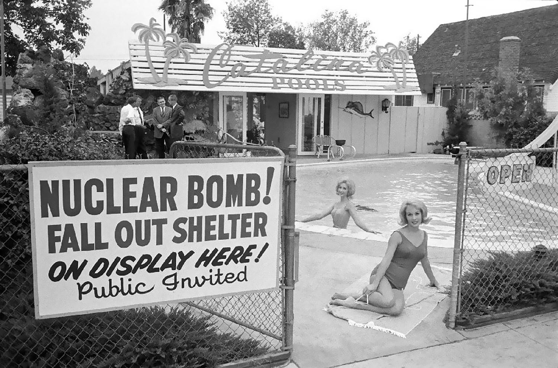 1960. USA. Atomtámadás elleni bunker bemutatója, az amerikai üzletpolitika szellemében.jpg
