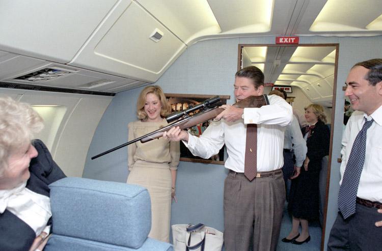 1983. Ronald Reagan fegyvert próbálgat az Air Force One fedélzetén..jpg