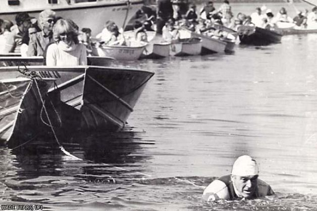 1984. Vasember. A 70 éves megbilincselt Jack LaLanne 70 embert húz 1 mérföld hosszan Long Beach öbölben..jpg