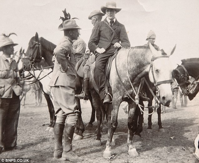 1899. Winston Churchill lovon, miután megszökött egy búr fogolytáborból dél-afrikában az angol-búr háborúban..jpg