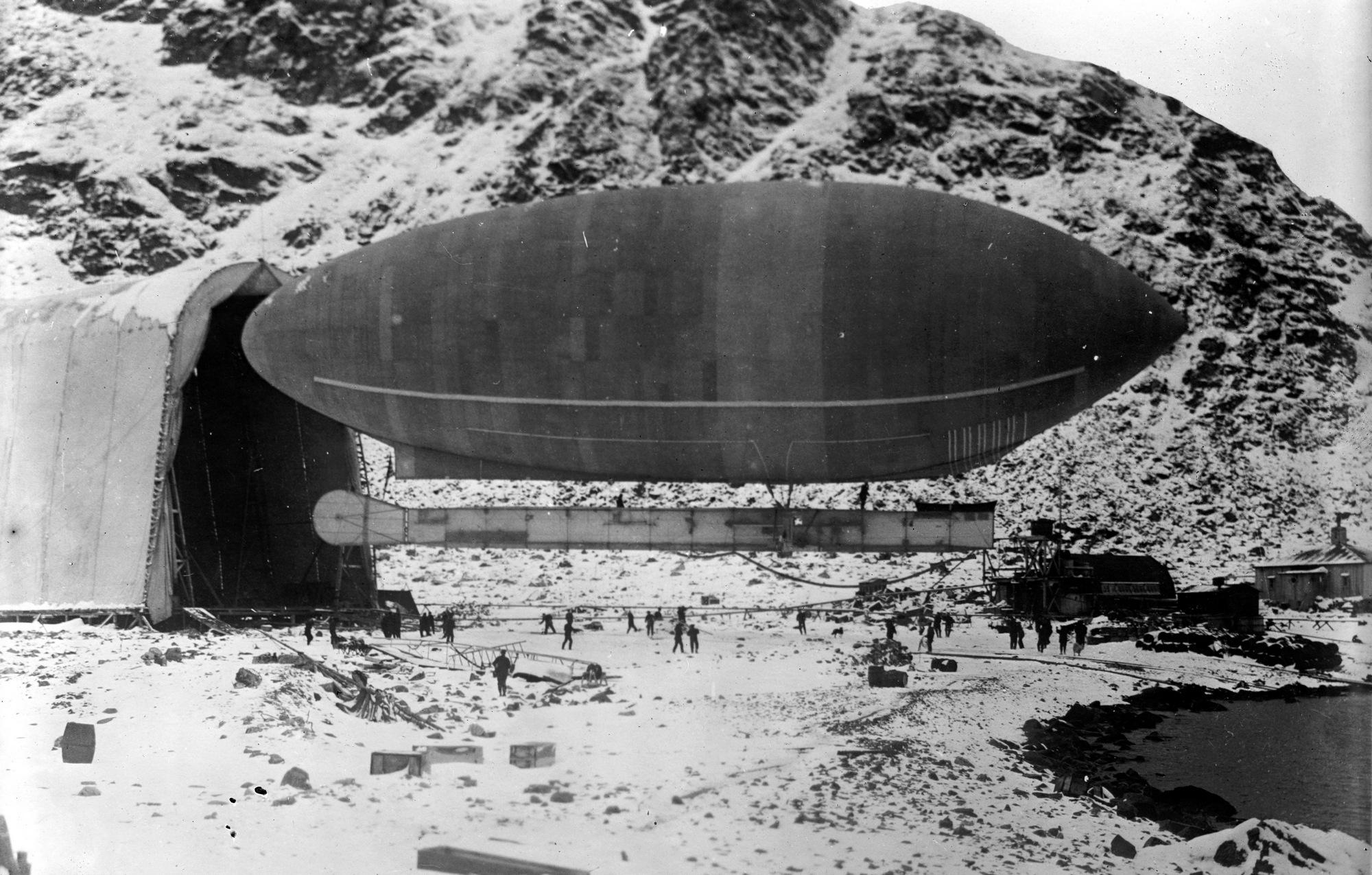 1907. Spitzbergák. Walter Wellman felfedező a 9.5 tonna teherbítású, 56 méter hosszú America nevű ballonjával az Északi sark meghódítására készül. Kb. 40 kilométerre közelítette meg végül, de nem érte el..jpg