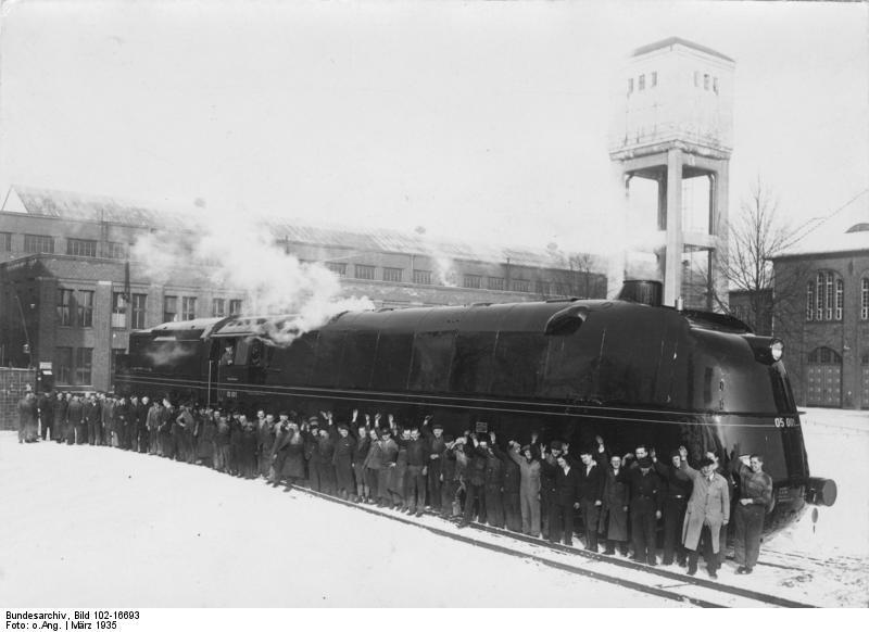 1935. Bár hivatalosan a brit Mallardot tartják a leggyorsabb gőzmozdonynak a világon. Ez a német DRG Klasse 05 lokomotív nem hitelesítetten 241 kmh tempóra is képes volt..jpg