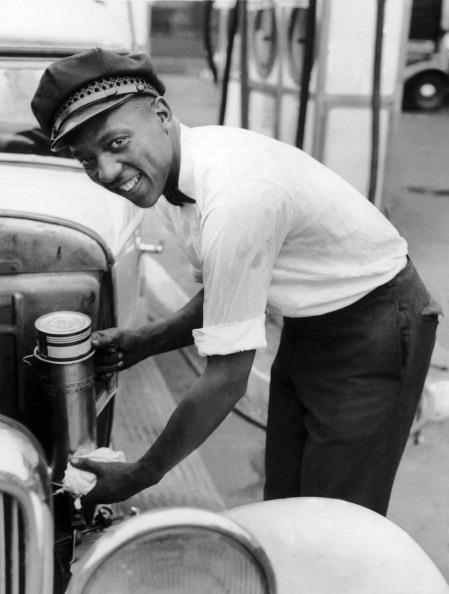1935. Jesse Owens a berlini olimpia jövendő hőse polgári foglalkozását űzi, benzinkutas Clevelandban..jpg