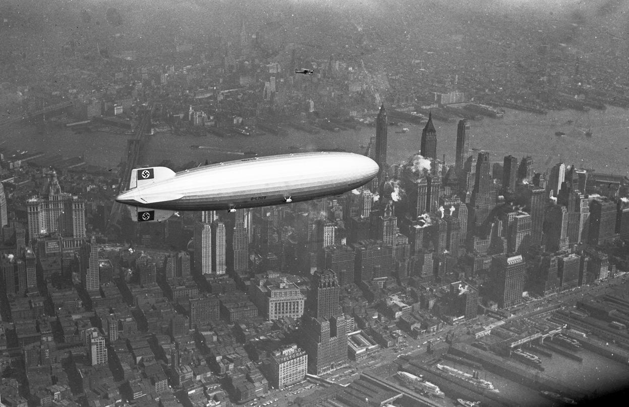 1937. A Hindenburg Manhattan felett. 3 órával később leszállás közben porig égett Lakehurstben..jpg