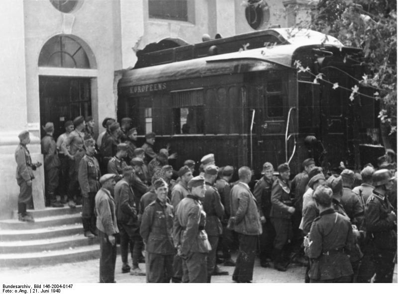 1940. Német katonák falbontással hozták ki azt a vadúti kocsit, amiben az I.vh-t lezáró fegyverletételt aláírták. Franciaország lerohanása után ugyanebben a kocsiban íratták alá a francia fegyverletételt..jpg