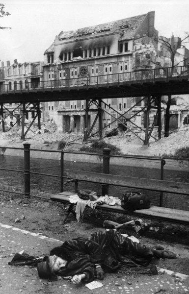 1945. Berlini nő öngyilkos lett az szovjetek bevonulásának hírére. A propaganda teljesen démonizálta az ellenséget, sokak inkább a halált választották..jpg