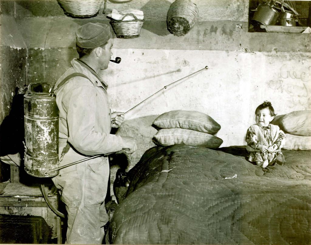 1945. Malária-ellenes program keretében vegyszert szórnak szét Szicíliában és Dél-Itáliaban szemmel láthatólag ezzel frászt hozva egy kisgyerekre..jpg