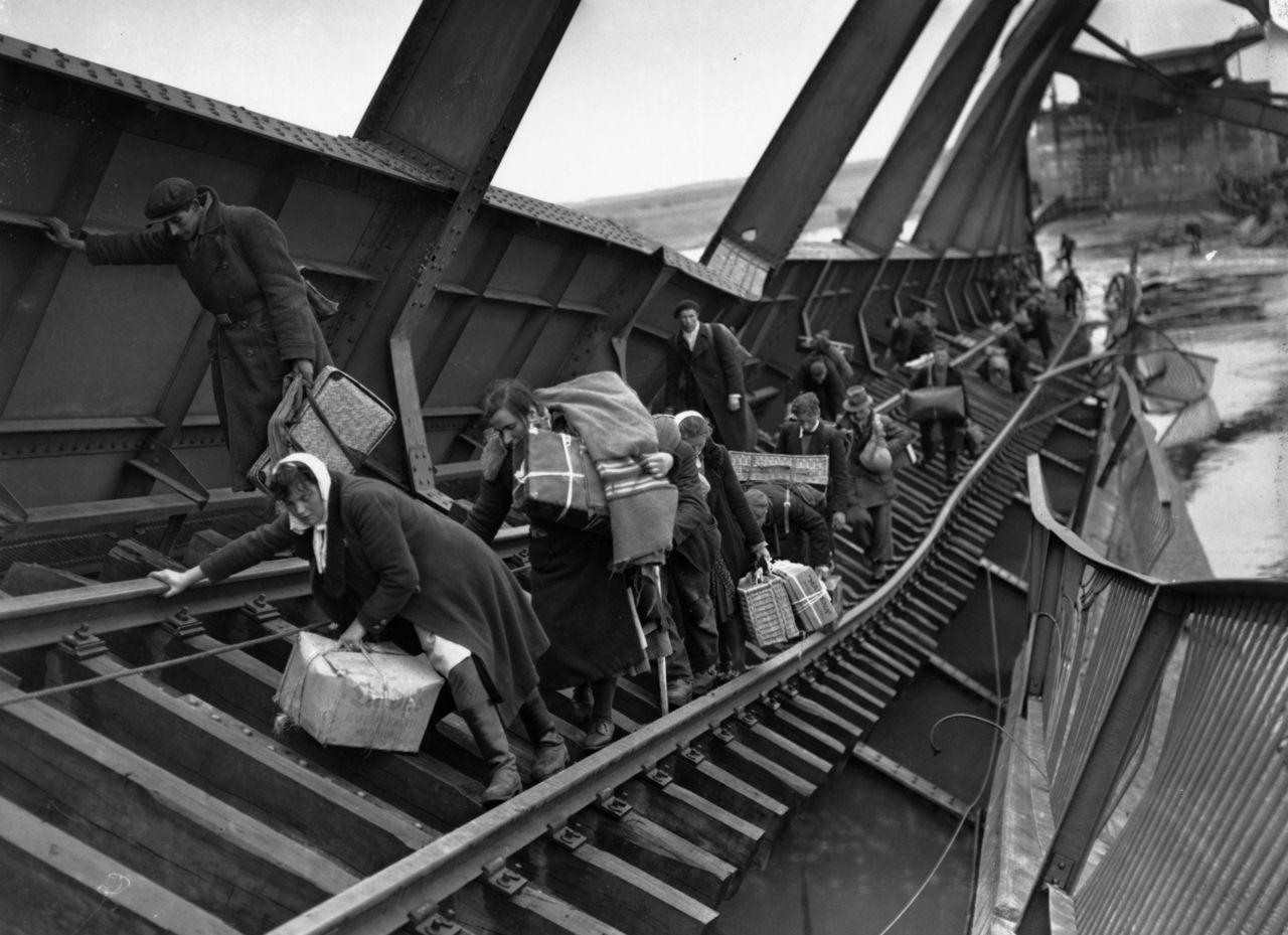 1945. Német polgárok az Elba lemonbázott hídján kelnek át a szovjet csapatok elől menekülve..jpg