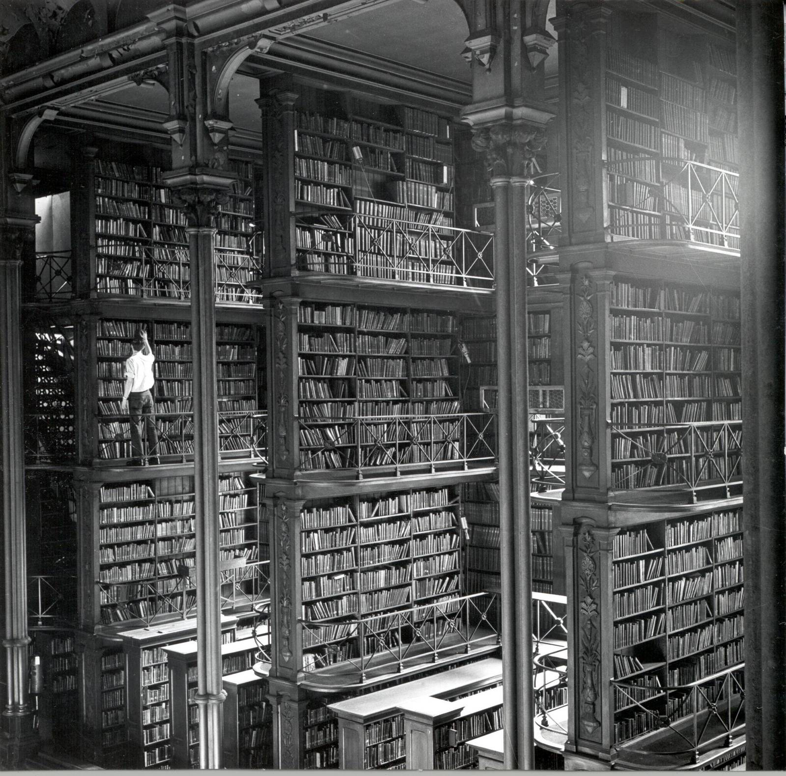1950 körül. A cincinnati régi könyvár elképesztő méretei. 1955-ben lebontották..jpg