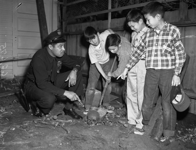 1954. Gyerekek az általuk talált emberi csontokat mutatják egy rendőrnek. Los Angeles..jpg
