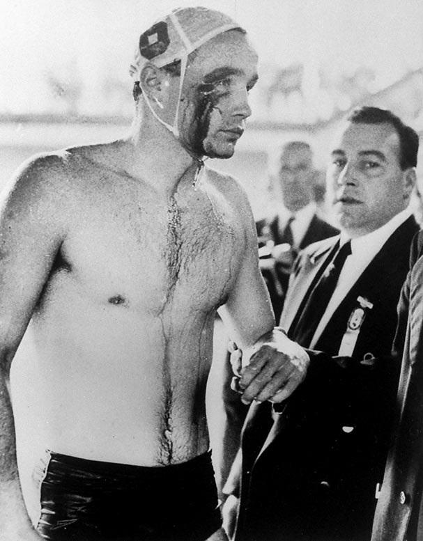 1956. Zádor Ervin elhagyja a medencét a botrányos melbourne-i olimpiai vizilabda mérkőzés után, ahol a szovjetek brutálisan bántak a magyar forradalom miatt játékosainkkal. Azért 4.0-ra nyertünk..jpg