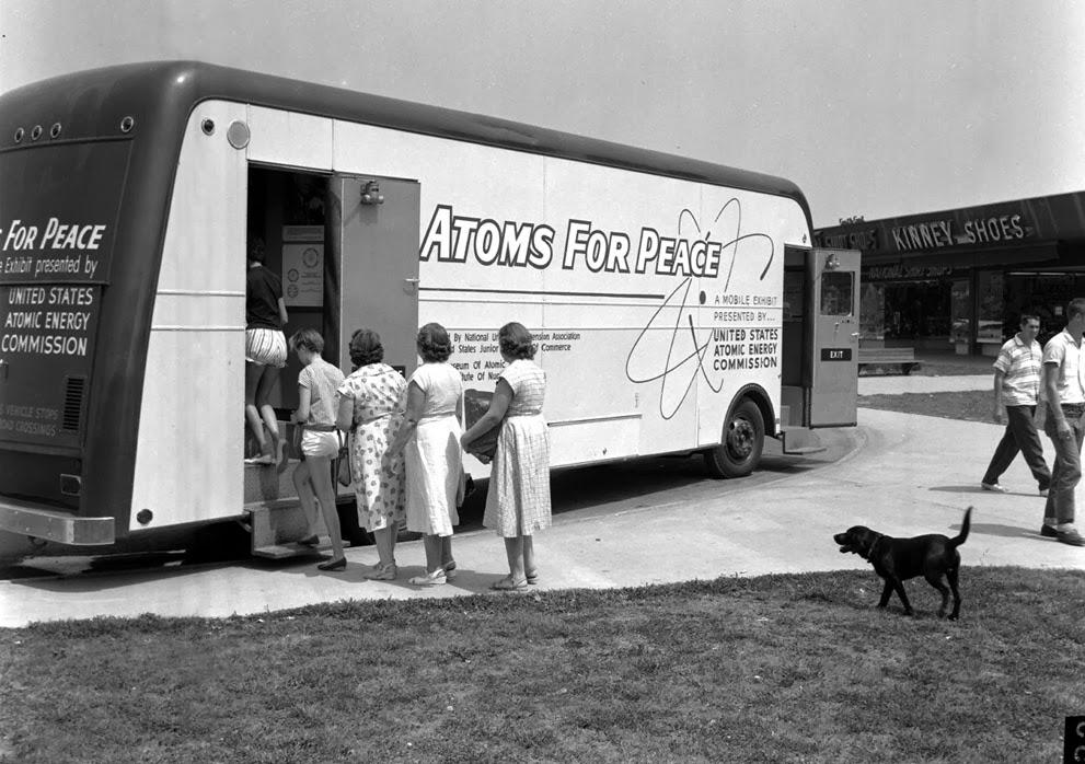1957. A II. Vh. után az atomerőművek építése körüli időben az amerikai emberek bizalmát volt hivatott erősíteni az atomenergia békés felhasználásának lehetőségeit bemutató mozgó bemutatóbusz..jpg