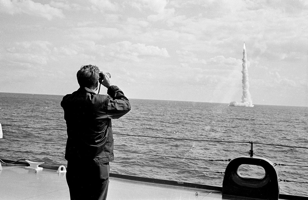 1963. Florida. Kennedy elnök a Polaris ballisztikus rakéta tesztjét nézi..jpg