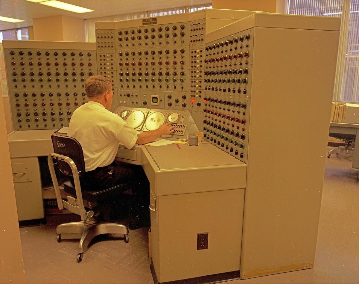 1968. Analóg komputeren dolgozó mérnök..jpg
