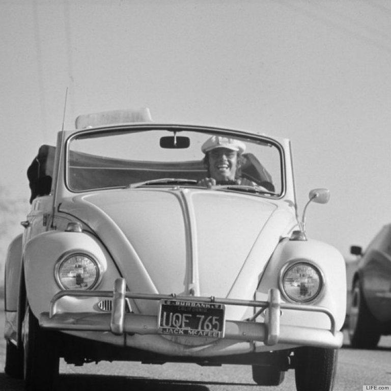 1969. Nicholson saját autójában. Mániákusan imádta a Bogarát..jpg