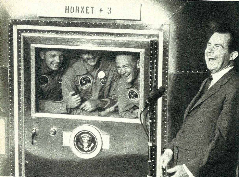 1969. Nixon elnök gratulál a holdraszállóknak, akik még mindig karanténben vannak a visszatérés után..jpg