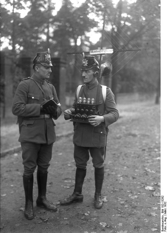 1932_Berlin, Polizei mit Radioger.jpg