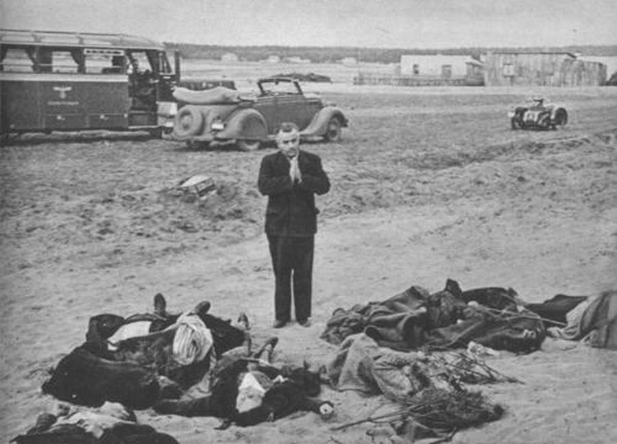 Német pap imádkozik a halottakért Bromberg mellett.