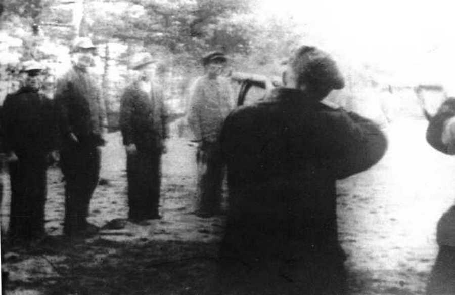 Selbstschutz erők lengyel civileket végeznek ki.