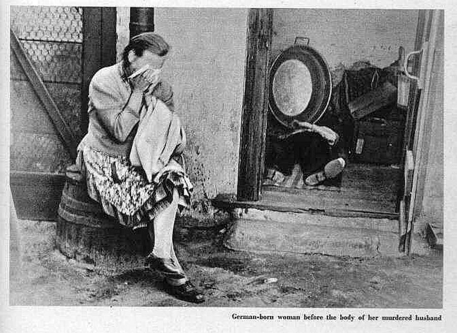 Asszony siratja férjét, akit a feldühödött lengyel tömeg vert agyon.