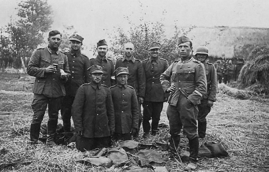 Német katonák lengyel foglyaikkal.