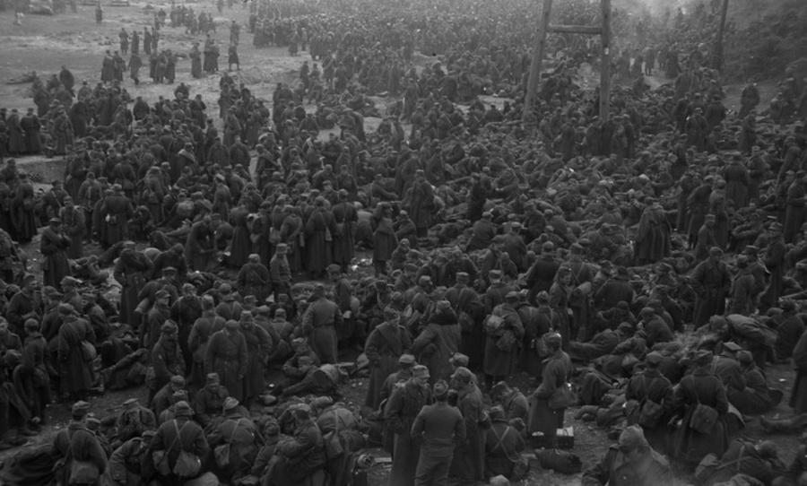 Lengyel foglyok tömegei a radomi csata után.