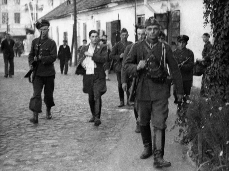 Lengyel katonák német foglyokat kísérnek.