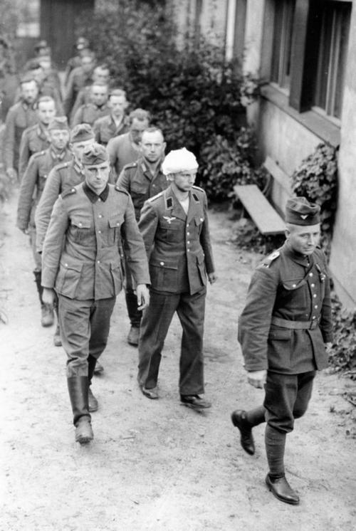 Lengyel katona német foglyokat kísér.