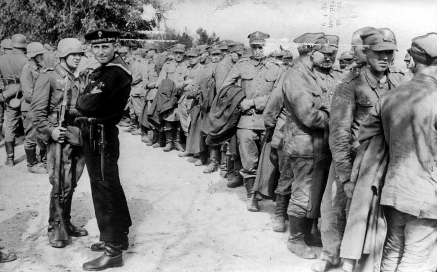 Lengyel foglyok valószínűleg Danzig közelében, mert őrzőik között egy német tengerész látható.