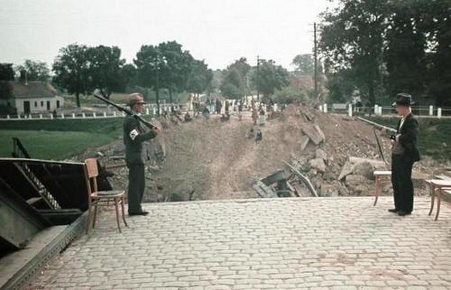 Oborniki város hídját a visszavonuló lengyelek robbantották fel. Német nemzetiségi milícia őrzi a romokat. A LIFE magazin Hugo Jaeger gyűjteményéből.
