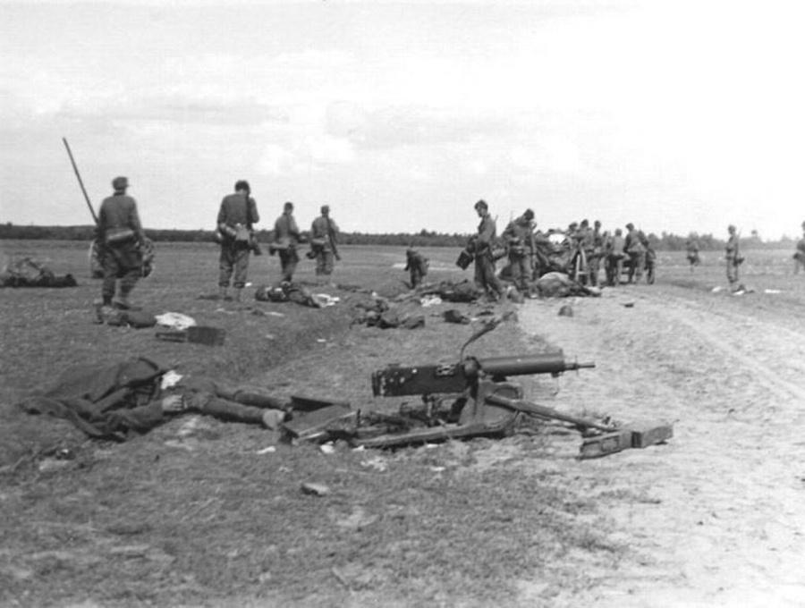 Német katonák tekintik át a csata után a lengyel pozíciókat.