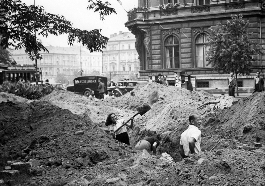 Varsóiak árkot ásnak a Malakovszky-téren.