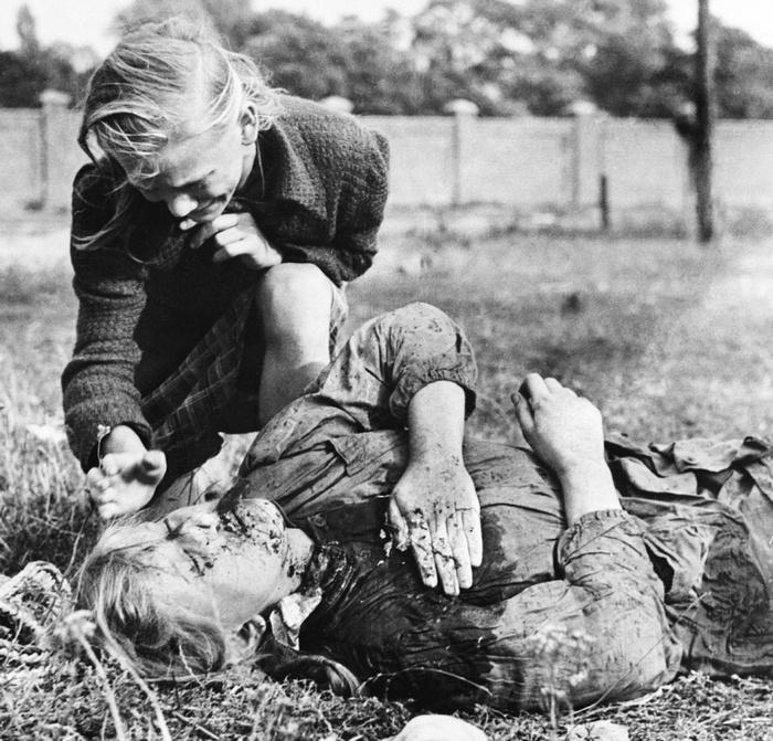 Fiatal lengyel lány Mika gyászolja nővérét, aki az első varsói áldozatok egyike. Német géppuskatűz ölte meg egy mezőn Varsó határában, krumpliszedés közben.