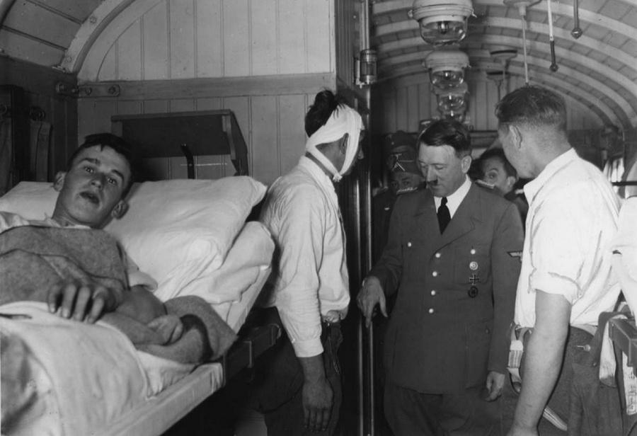 Hitler sebesült Wehrmacht katonákat látogat meg egy vasúti kocsiban útban hazafelé.