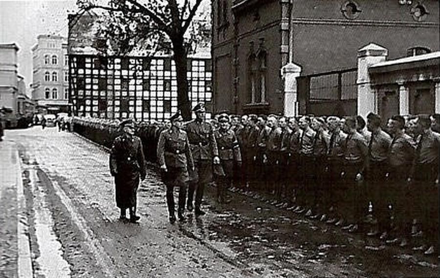 A német kisebbség által alkított Selbstschutz bydgoszcz-i egységének szemléje.
