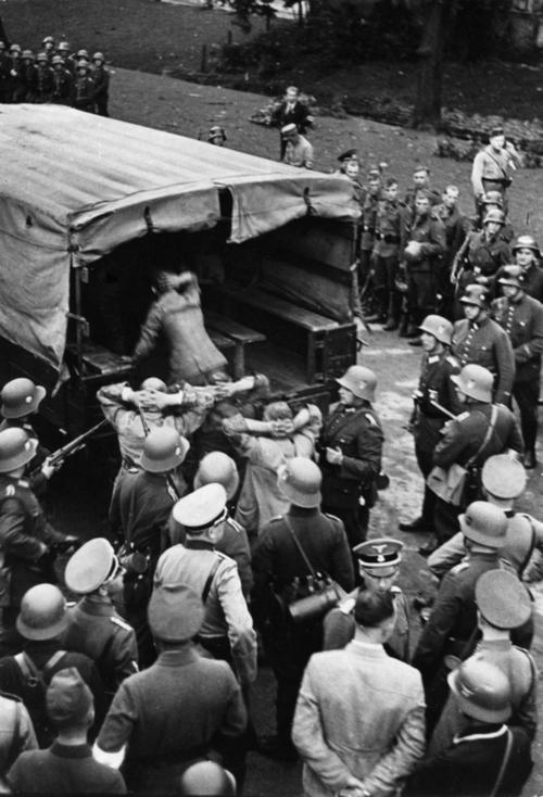 Lengyel tiszti foglyok szállítása. Körben német katonák és tisztek.